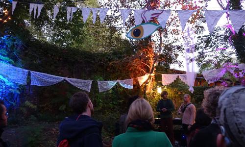 Menschen im Garten beim Jury-Abend von Stories of Change
