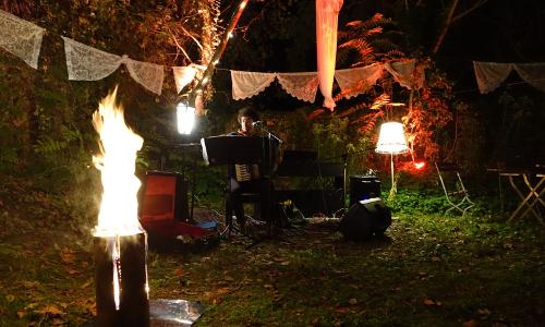 Garten mit Menschen bei der Jury-Nacht der Stories of Change