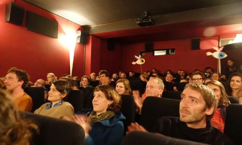 Menschen im Kinosaal bei der Jury-Nacht von Stories of Change