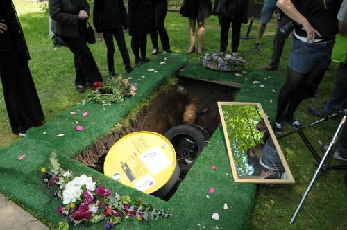 Ein Grab voller Müll.
