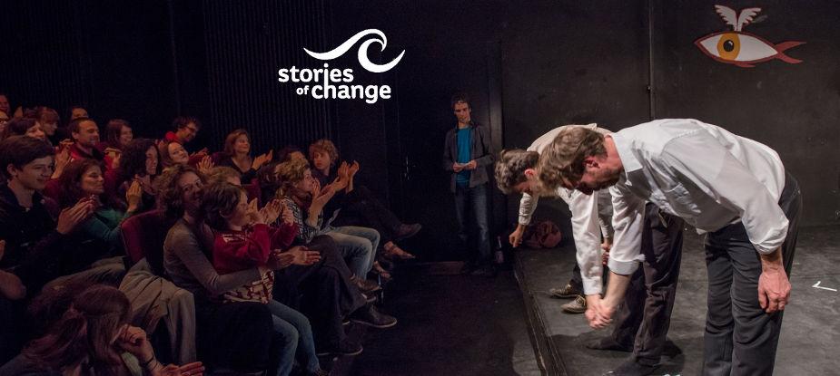 Künstler verneigen sich auf der Bühne beim Auftakt-Abend von Stories of Change.