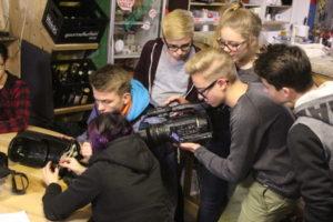 Auf dem Foto sieht man Schüler beim Filmdreh.