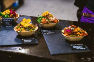 Essen in Bambusschalen steht auf einem Tisch.